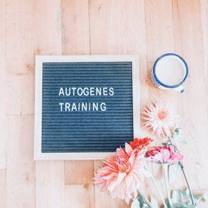 Letterboard mit Schrift Autogenes Training und Blumen