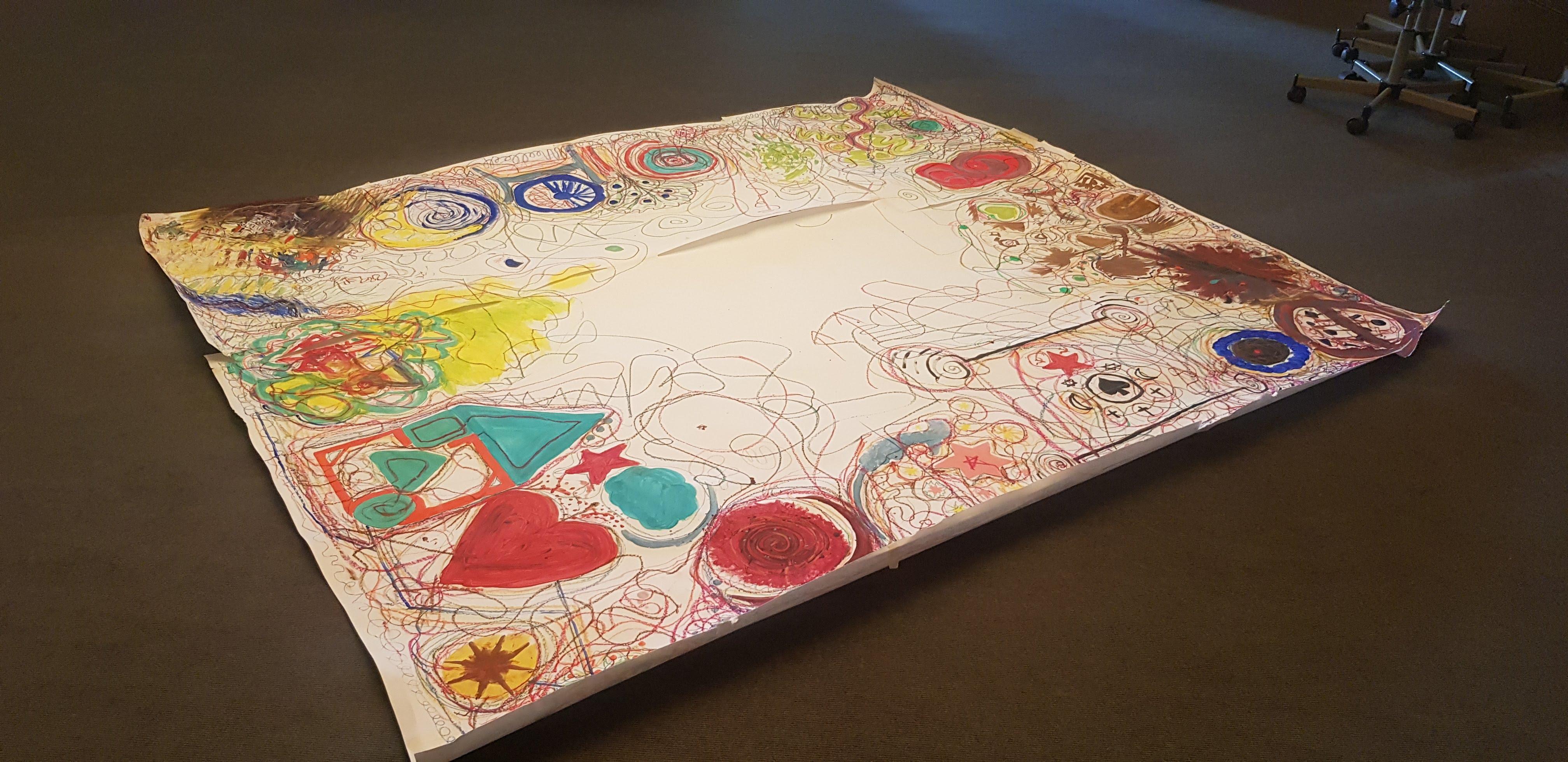 Ein großes buntes gemaltes Bild von einer Gruppe gemalt im Kunsttherapeutischen Workshop